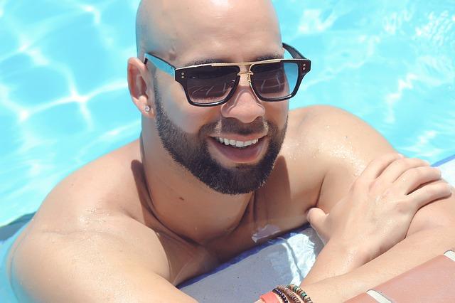 chlap v bazénu