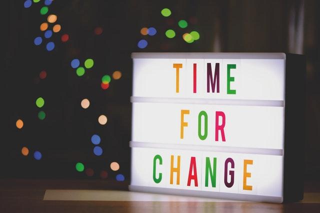 """Tabuľka s nápisom """"čas na zmenu"""""""