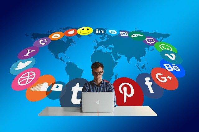 Chlapec za počítačom obklopený symbolmi facebook, instagram, google, twitter atď..jpg
