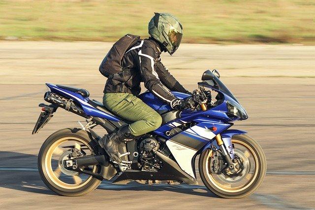 Motorkár, jazdca na ceste.jpg