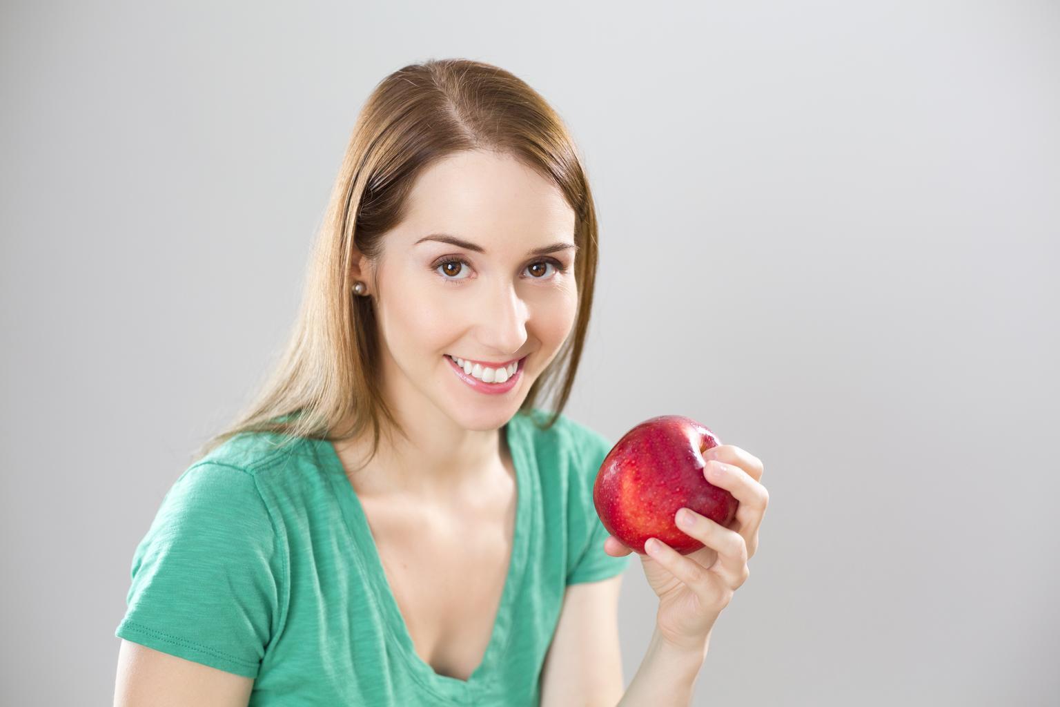 usmiata žena s jablkom